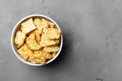 Trockene salzige Crackerplätzchen lizenzfreie stockfotos
