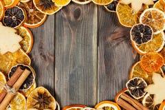 Trockene Scheiben der Orange auf hölzernem Hintergrund des Besens im circl vereinbaren lizenzfreies stockbild