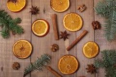 Trockene Scheiben von den Orangen, die auf dem Tisch liegen Dekorative Verzierung C Stockbilder
