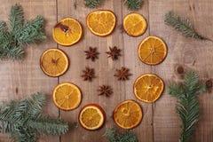 Trockene Scheiben von den Orangen, die auf dem Tisch liegen Dekorative Verzierung C Stockfotos