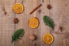 Trockene Scheiben von den Orangen, die auf dem Tisch liegen Dekorative Verzierung C Stockfoto