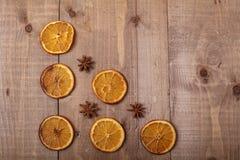 Trockene Scheiben von den Orangen, die auf dem Tisch liegen Dekorative Verzierung C Lizenzfreie Stockbilder
