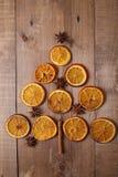 Trockene Scheiben von den Orangen, die auf dem Tisch liegen Dekorative Verzierung C Stockbild