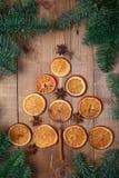 Trockene Scheiben von den Orangen, die auf dem Tisch liegen Dekorative Verzierung C Lizenzfreies Stockbild