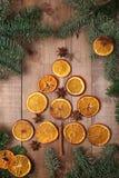 Trockene Scheiben von den Orangen, die auf dem Tisch liegen Dekorative Verzierung C Lizenzfreie Stockfotos