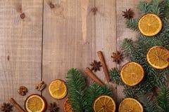 Trockene Scheiben von den Orangen, die auf dem Tisch liegen Dekorative Verzierung C Stockfotografie