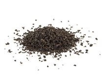 Trockene schwarze Teeblätter auf Weiß Stockfotos