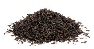 Trockene schwarze Teeblätter lokalisiert Stockfotografie