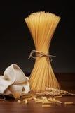 Trockene Spaghettiteigwaren, fusilli Teigwaren und Weizenähren auf Tabelle Stockfotos