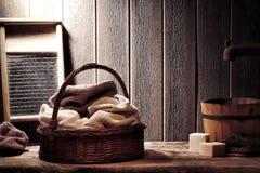 Trockene Tücher im alten Weidenkorb in der Weinlese-Wäscherei Lizenzfreie Stockbilder