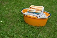 Trockene Tücher im Wäschereikorb Stockfotos