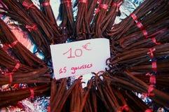 Trockene Vanille verkaufte am Marktstall mit Preis von Euro 10 pro 15 piecees in Saint Denis-De-La Réunion, Frankreich stockfotos