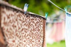 Trockene Wäscherei, die am Seil hängt Lizenzfreie Stockfotografie