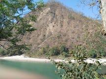 Trockener Berg mit See und Bäume im Nachtisch stockbild