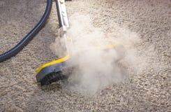 Trockener Dampfreiniger in der Aktion. Stockfoto