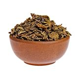 Trockener grüner Tee in einem Lehmcup Lizenzfreies Stockfoto