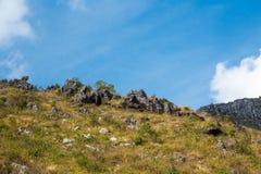 Trockener Hügel mit klarem Himmel Lizenzfreies Stockbild