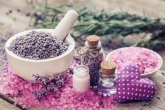 Trockener Lavendel im Mörser, im Seesalz, in der Creme, im ätherischen Öl und im Herzen Lizenzfreies Stockbild