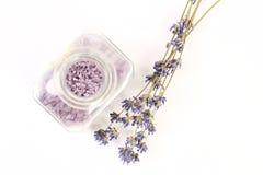 Trockener Lavendel und Glas mit Salz auf weißem Hintergrund Lizenzfreie Stockfotografie
