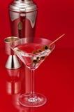 Trockener Martini mit Schüttel-Apparat und Maßschale Stockbilder