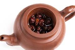 Trockener resehip Brew im Tonwaren teaopot lizenzfreie stockfotos