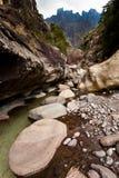 Trockener Riverbed mit Bergen im Hintergrund Stockfoto
