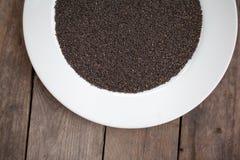 Trockener Samen des süßen Basilikums auf hölzerner Tabelle Stockbilder