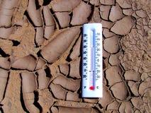 Trockener Schlamm mit Thermometer lizenzfreie stockfotos