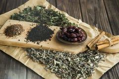 Trockener Tee, Minze und Hundrose Stockfoto