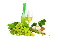 Trockener Wein, Flasche und Glas, mit Trauben und Käse Lizenzfreie Stockfotos
