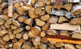 Trockenes Brennholz in einem Stapel Stockfoto