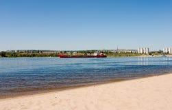 Trockenes Frachtschiff auf Volga-Fluss Russland Stockbild