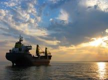 Trockenes Frachtschiff am Sonnenuntergang stockbilder