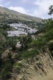Trockenes Gras und weißes Dorf in Sierra Nevada, Süd-Spanien, Euro stockfotografie