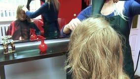 Trockenes Haar des Friseursalons stock footage