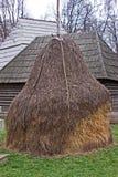 Trockenes haycock im Hinterhof lizenzfreie stockfotografie