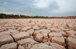 Trockenes Land auf dem Ort von getrocknetem Fluss Stockfotografie
