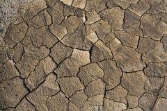 Trockenes Land, gebrochener Boden, ohne Wasser Stockfoto
