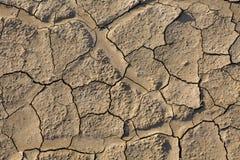 Trockenes Land, gebrochener Boden, ohne Wasser Stockbild