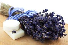 Trockenes Lavendelbündel mit zwei weißen Seifenstücken Lizenzfreie Stockfotos