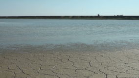 Trockenes unfruchtbares Land ist trocken und stock footage