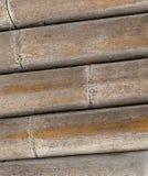 Trockenes verwittert des natürlichen Bambusstammes, Teil eines hölzernen Baus gestapelt vom runden Stammhintergrund Lizenzfreies Stockbild