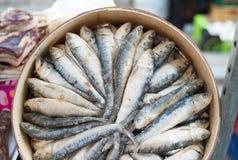 Trockenfisch angeboten am Mittelmeermarktstall stockbild