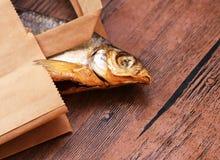Trockenfisch auf dem Tisch Salzige trockene Flussfische lizenzfreie stockfotos