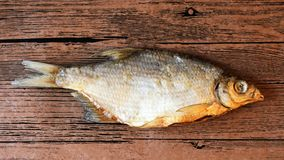 Trockenfisch auf dem Tisch Salzige trockene Flussfische lizenzfreie stockbilder
