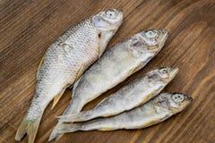 Trockenfisch auf hölzernem Hintergrund Stockbilder