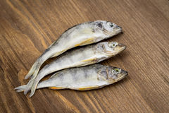 Trockenfisch auf hölzernem Hintergrund Stockfotos
