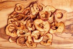Trockenfrüchte, Äpfel, Birne auf hölzernem Hintergrund Lizenzfreies Stockbild