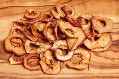 Trockenfrüchte, Äpfel, Birne auf hölzernem Hintergrund Lizenzfreie Stockbilder