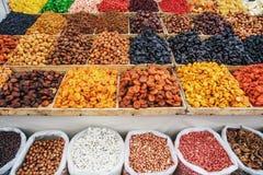 Trockenfrüchte auf Lebensmittelmarkt, Kästen mit bunter Zusammenstellung von vegetarischen gesunden trockenen Früchten Lizenzfreie Stockfotografie
